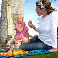 mom and child healty eating